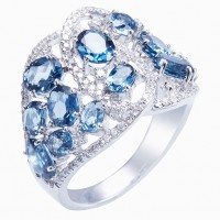 Sortija. Oro blanco 18K. Diamantes: 0.46cts, talla brillante. Topacio London blue